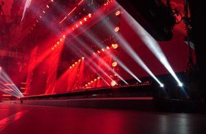Bühnenshow mit rotem Licht